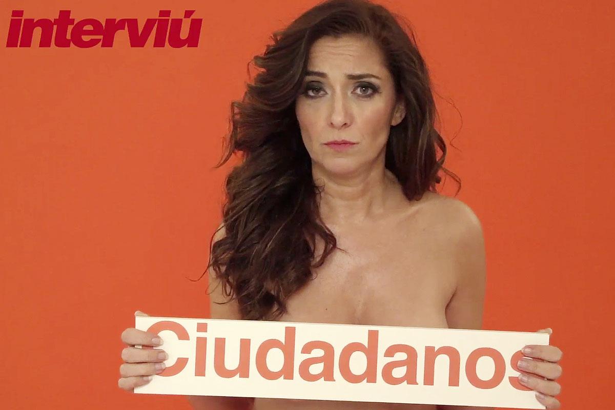 Carmen López posa con un cartel de Ciudadanos y sin ropa para Interviú. (Foto: Interviú)