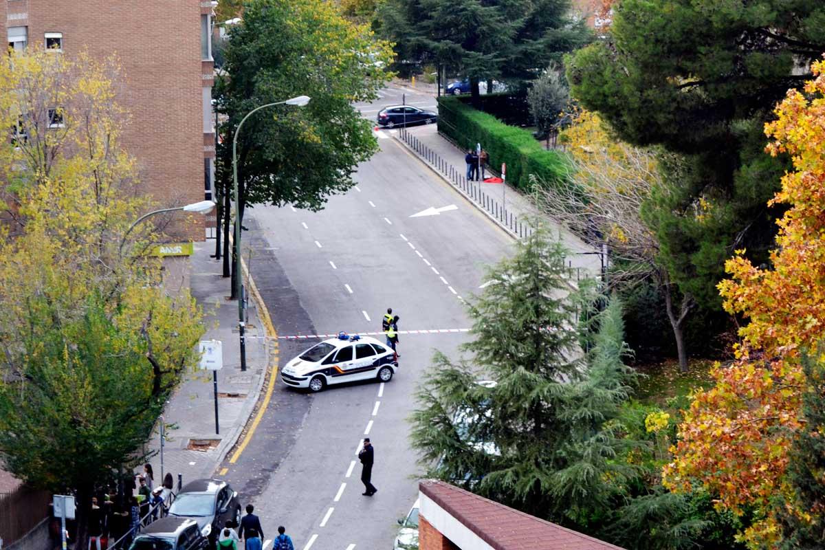 Imagen de la calle cortada junto al Tribunal Constitucional. (Foto: Carlos Ovies)