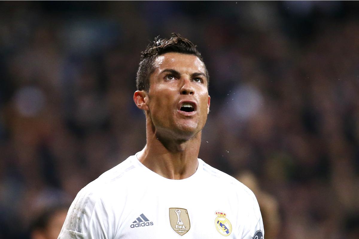 Cristiano Ronaldo mira a la grada en un partido en el Bernabéu. (Getty)