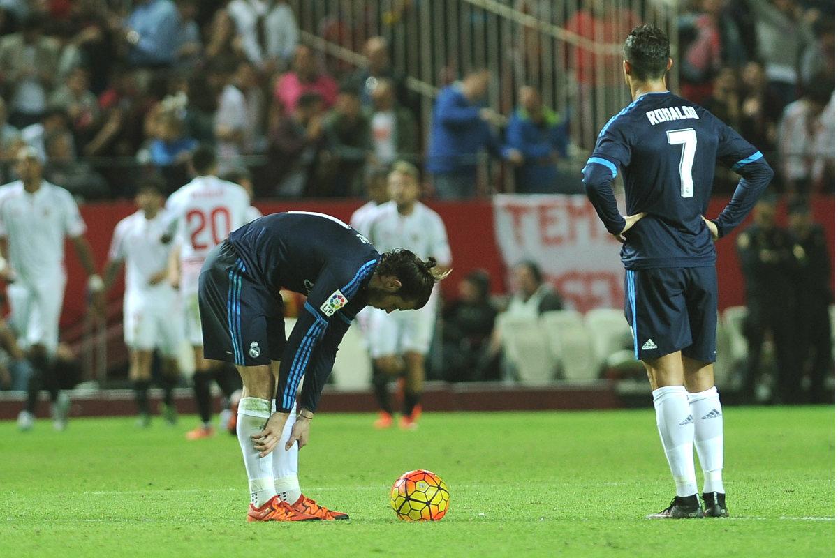 Cristiano y Bale, en el círculo central tras encajar un gol en el Pizjuán. (AFP)