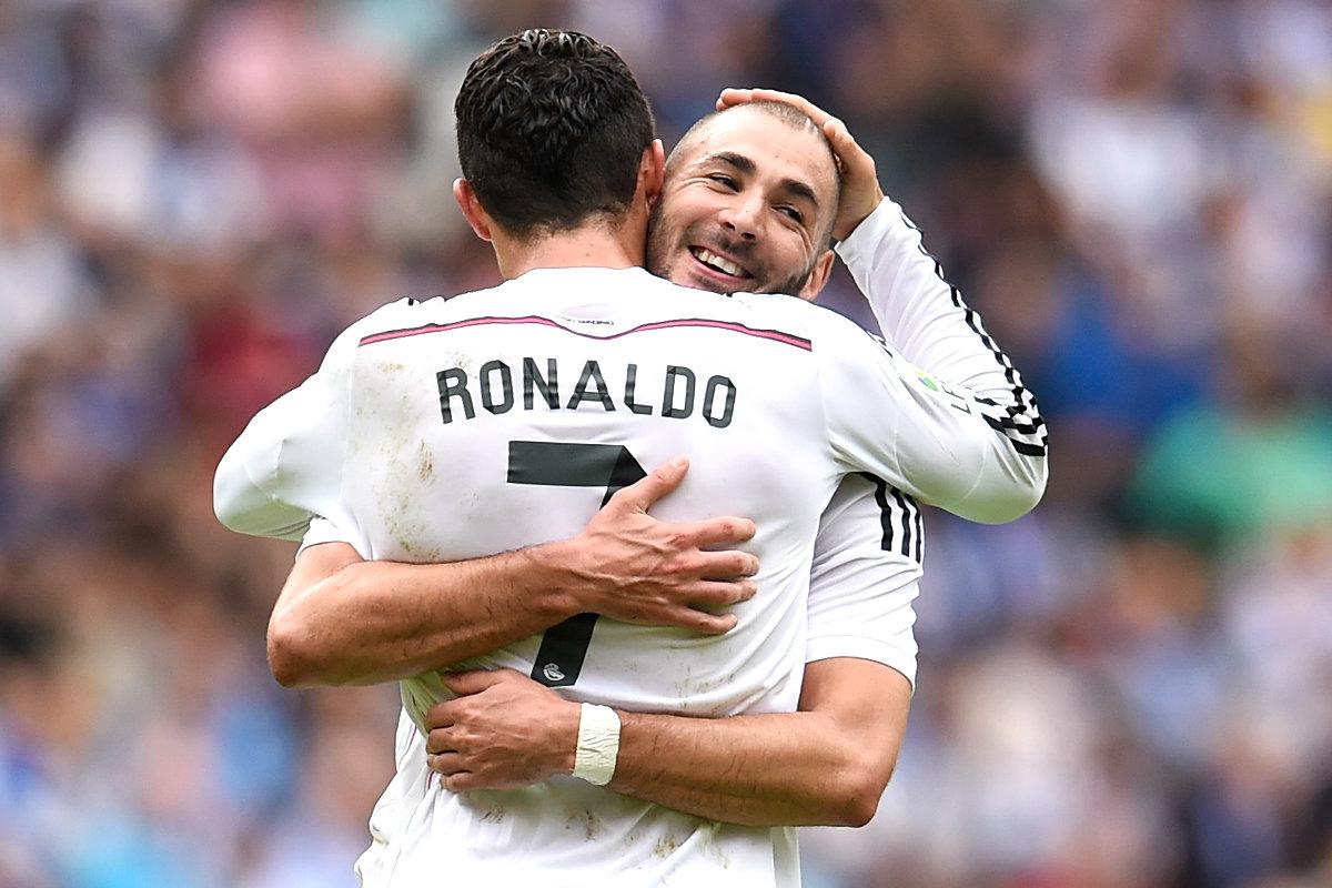 Cristiano se abraza con Benzema después de marcar un gol en el Bernabéu. (Getty)