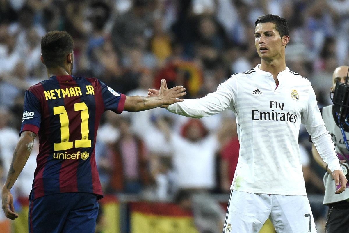 Cristiano Ronaldo saluda a Neymar en el último Clásico en el Bernabéu. (AFP)