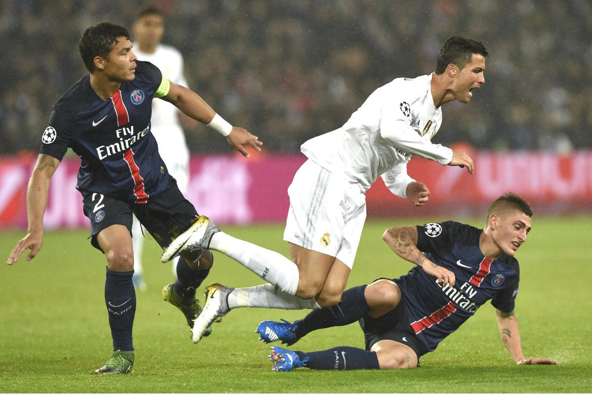 Cristiano Ronaldo es derribado por Thiago Silva y Verratti en el partido del Parque de los Príncipes. (AFP)