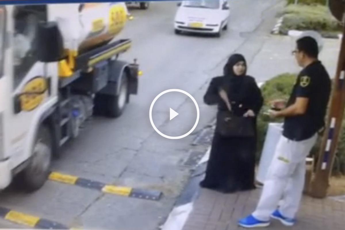 Momento en el que la mujer palestina saca de su bolso un cuchillo para apuñalar al guardia de seguridad. (Foto: Jerusalem Post)