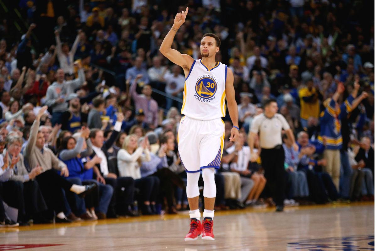 Stephen Curry celebra una victoria de los Warriors. (Getty)