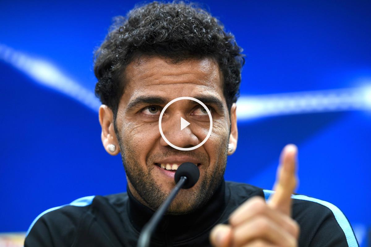 Dani Alves, durante la rueda de prensa previa al Barça-Roma (Foto: AFP)
