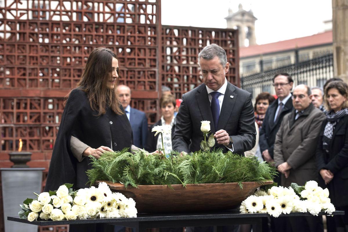 La presidenta del Parlamento vasco, Bakartxo Tejería, junto al lehendakari, Iñigo Urkullu, durante la ofrenda floral con motivo de los actos centrales del Día de la Memoria (Foto: Efe)