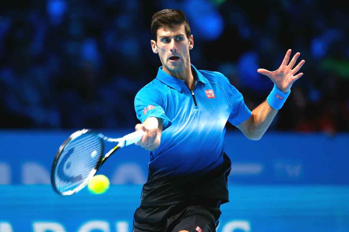 Novak Djokovic golpea la pelota en la final ante Federer. (Getty)