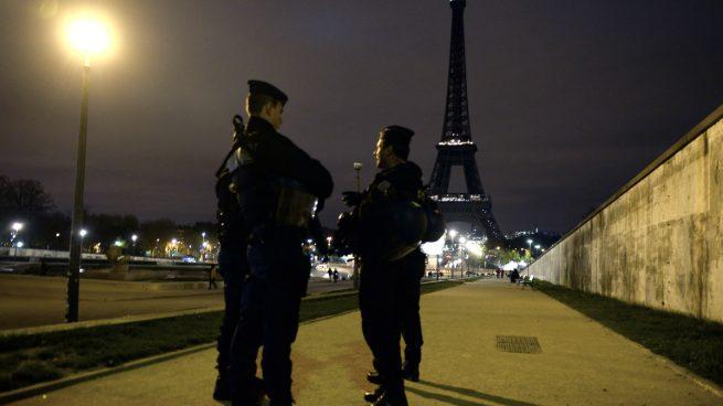 La policía evacua la zona de la Torre Eiffel por una falsa alarma