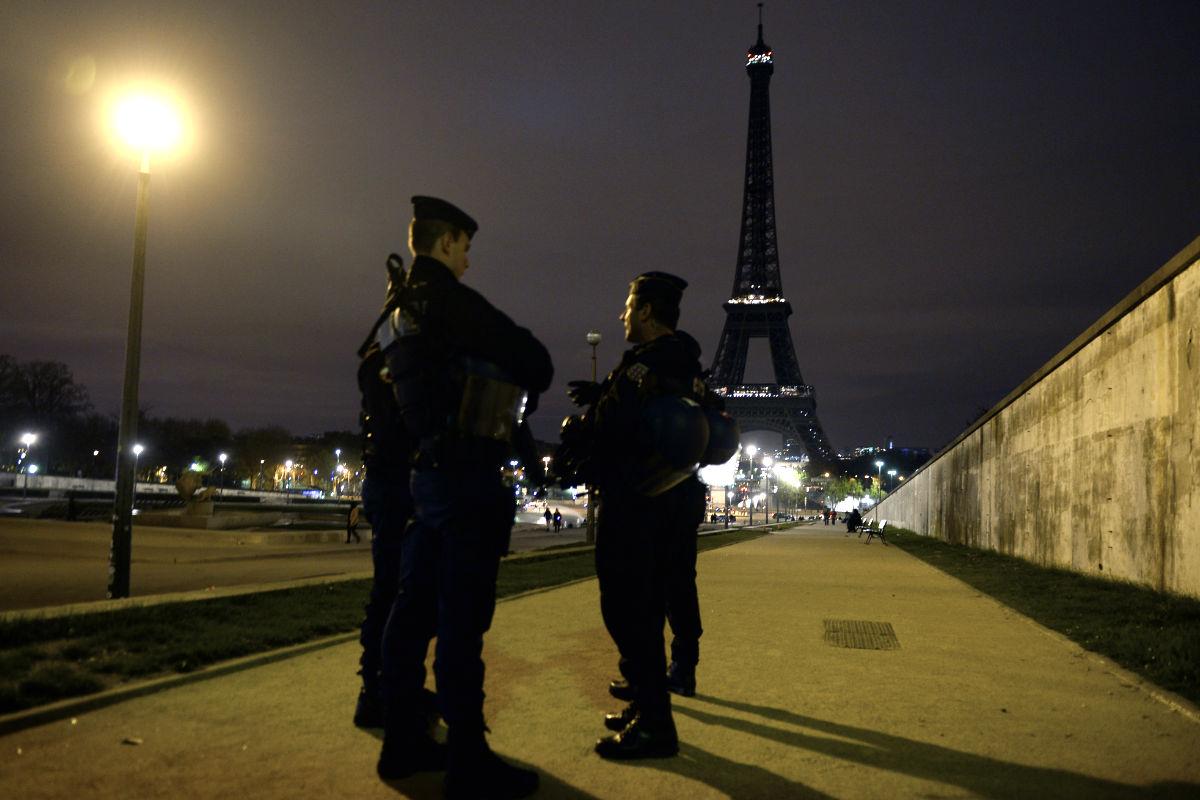 Efectivos de la policía controlan la zona de la torre Eiffel. (Foto: AFP)