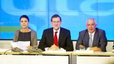María Dolores de Cospedal, Mariano Rajoy y Javier Arenas en una Ejecutiva del PP. (Foto: AFP)