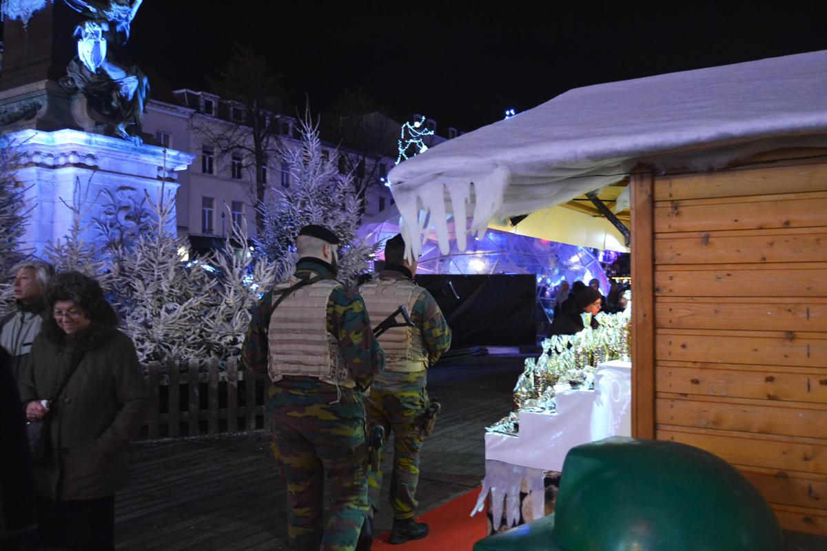 Militares en el centro de Bruselas, ya engalanado de Navidad. (Foto: Fernán González)