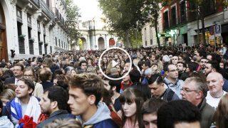 Centenares de personas se reunieron frente a la embajada de Francia en Madrid. (Foto: EFE)