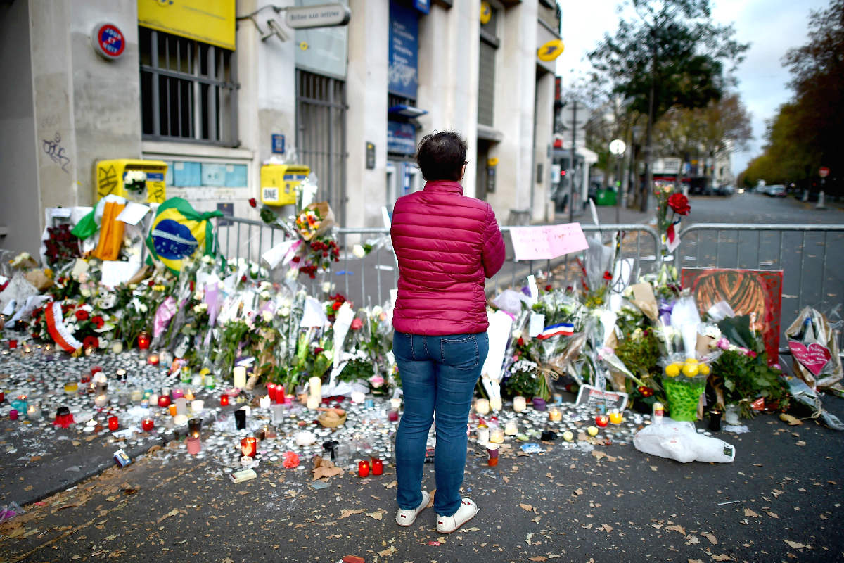 Una mujer ante el recuerdo a las víctimas (Foto: Getty)