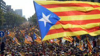 Independentistas portan la estelada en una manifestación.
