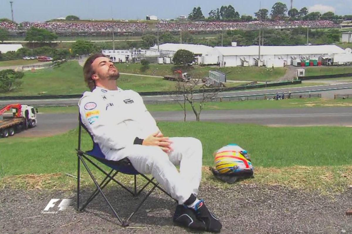 Fernando Alonso tomó el sol tras abandonar en Brasil