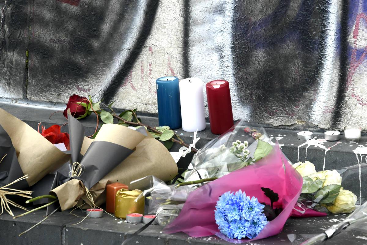 Flores en recuerdo de las víctimas (Foto: AFP)