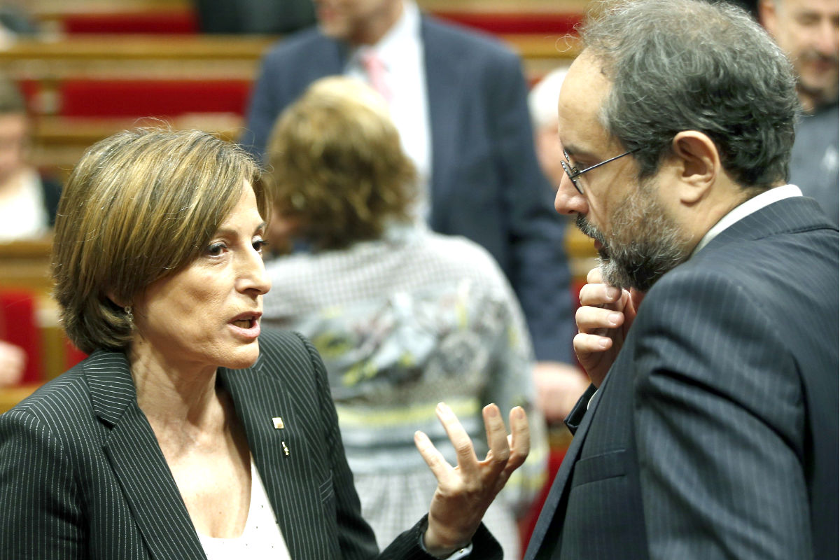 Carme Forcadell y Antonio Baños en el Parlament (Foto: Efe)