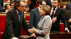 Artur Mas y Carme Forcadell dialogan en el Parlament catalán (Foto: Efe)