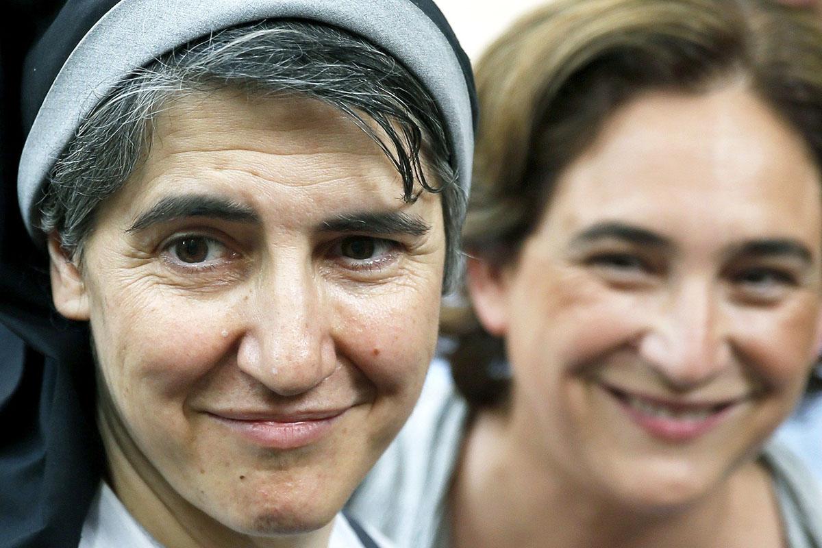 La monja independentista Teresa Forcades, junto a la alcaldesa de Barcelona Ada Colau (Foto: Efe)