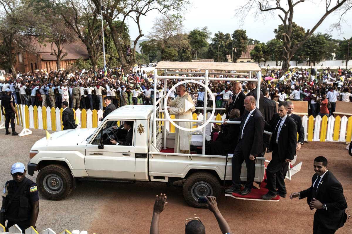 El Papa Francisco durante el recorrido en la República Centroafricana (Foto: AFP)