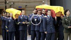 Compañeros de los militares fallecidos portan los féretros (Foto: Efe)