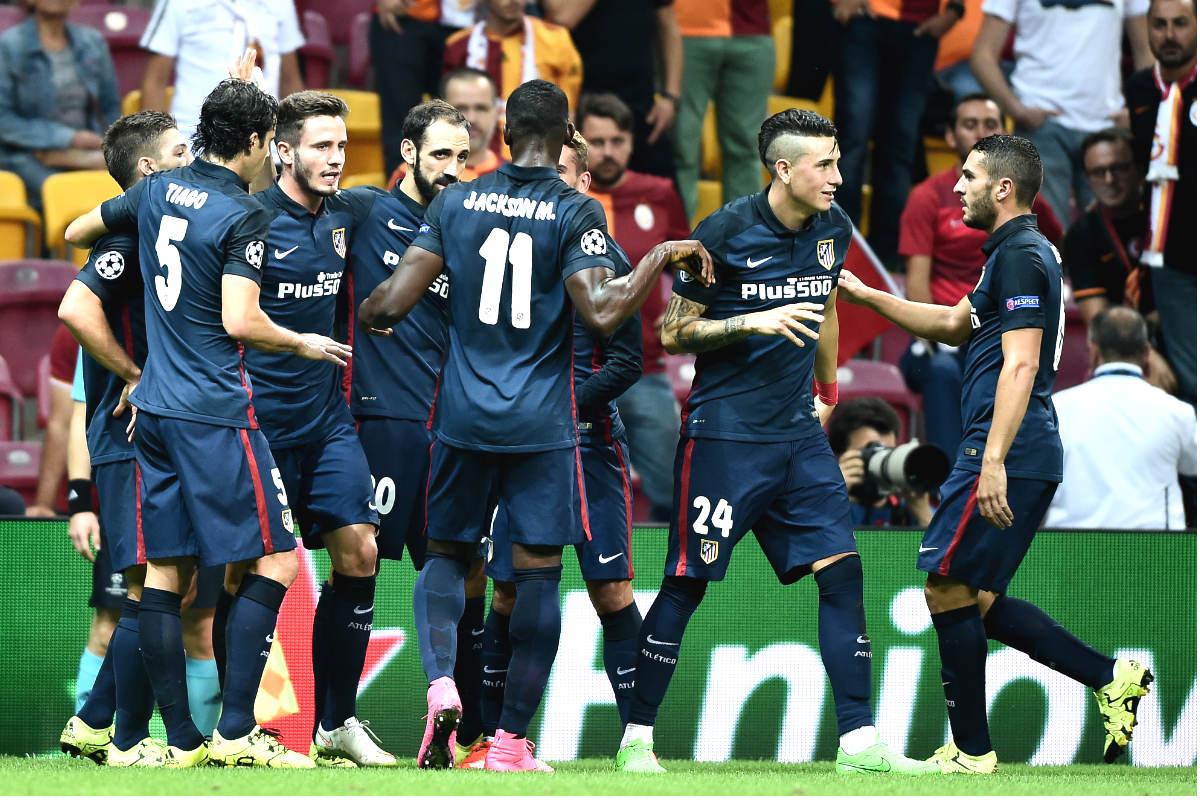 Los jugadores del Atlético celebran uno de los goles en el campo del Galatasaray. (AFP)