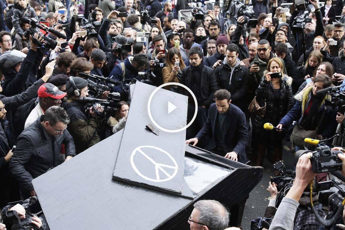 Un anónimo pianista apareció para tocar 'Imagine' en Paris