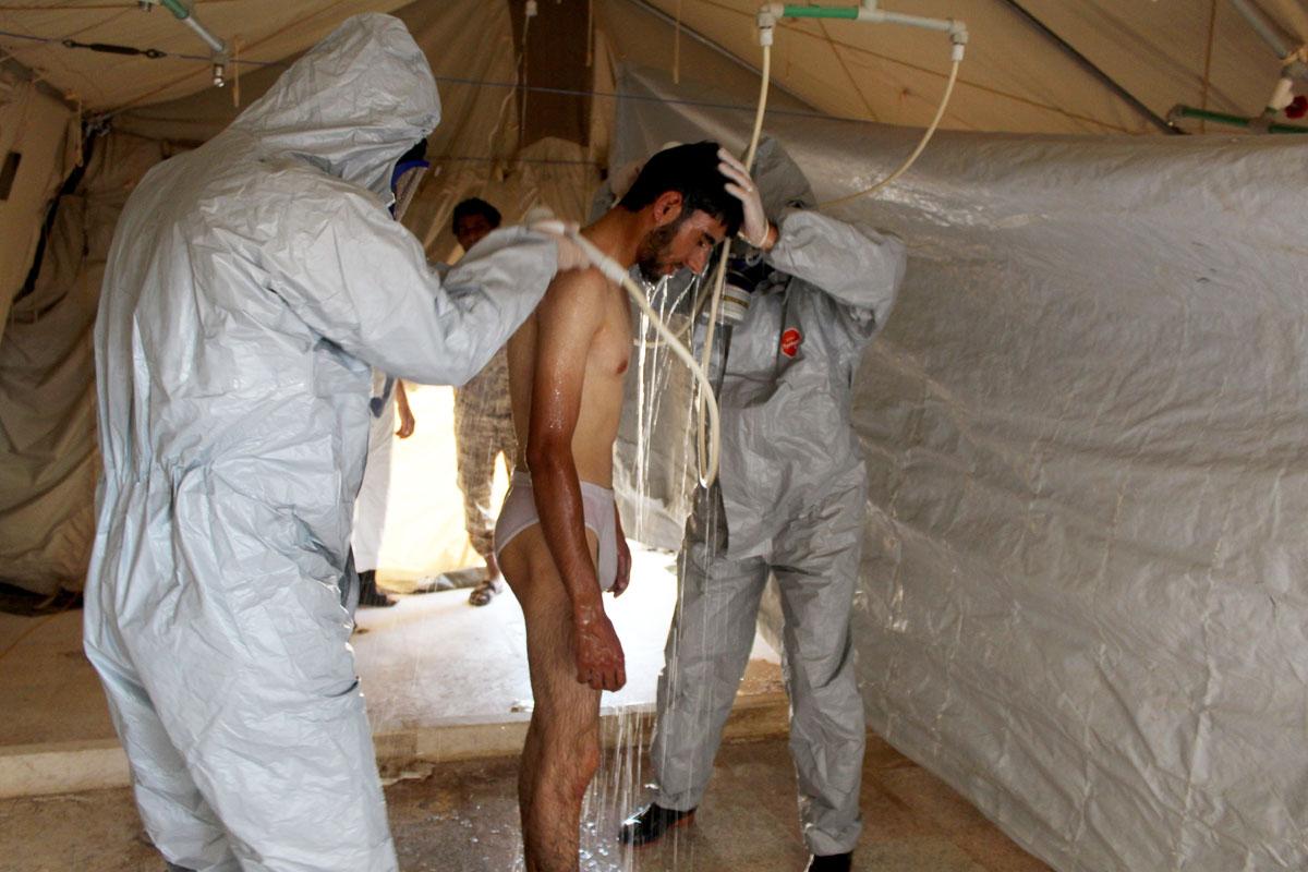Un afectado por gas mostaza es atendido en Alepo. (Foto: AFP)