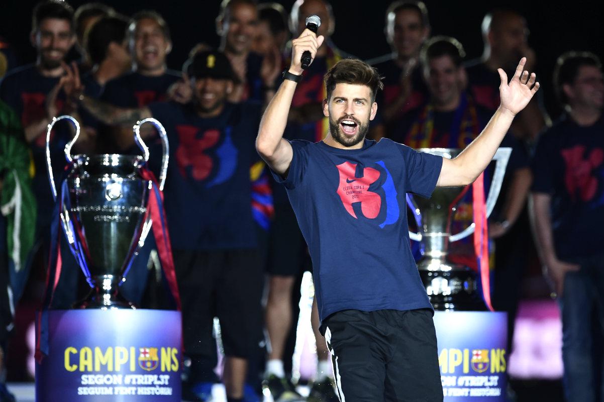 Gerard Piqué se acuerda de Kelvin Roldán en la celebración del triplete (AFP)