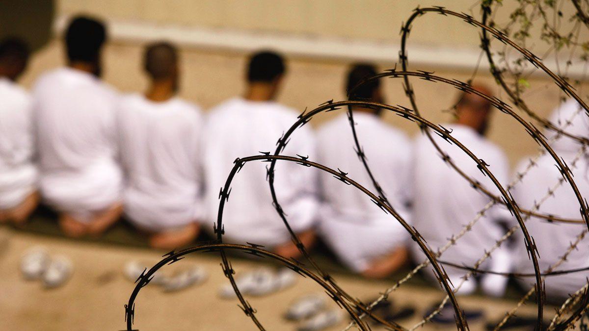 Presos rezando en la prisión de Guantánamo. (Foto: Getty)