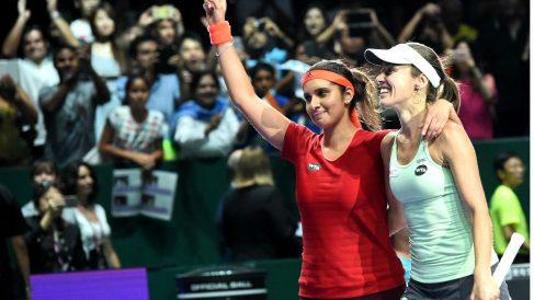 HIngis y Mirza celebran la consecución del Masters de Singapur. (AFP)