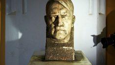 El busto, encontrado durante las obras en el jardín del Museo Nacional de Gdansk. (Foto: AFP)