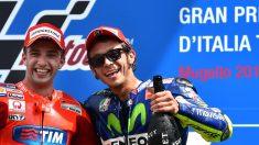 Iannone y Rossi, en el podio del Gran Premio. (AFP)