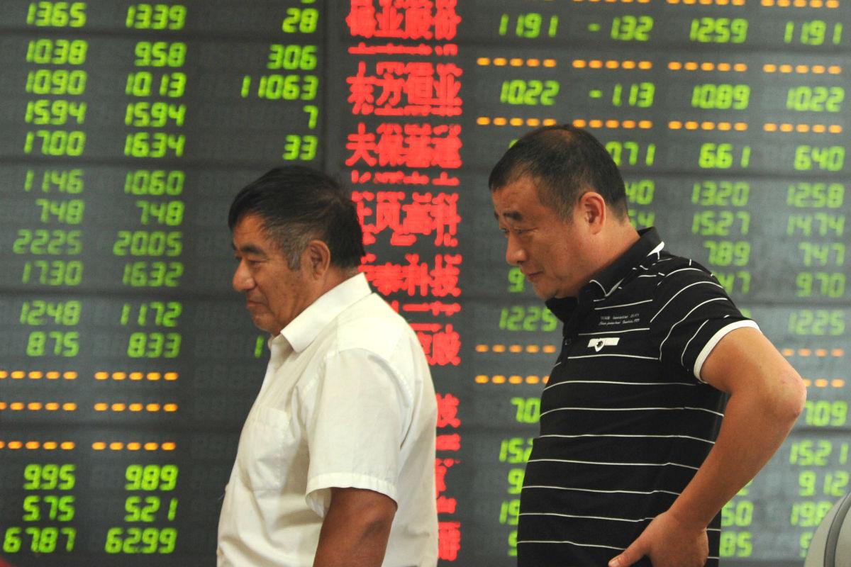 Inversores chinos frente al índIce de Shanghai (Foto: GUETTY)