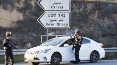 Dos soldados israelíes en un control de carreteras. (Foto: Reuters)