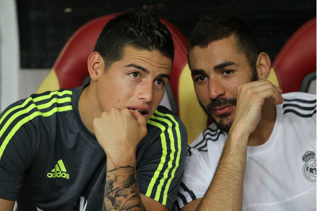 James Rodríguez, junto a Benzema en el banquillo del Madrid. (Getty)