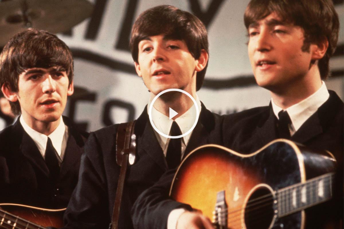 Ringo Starr, al fondo, George Harrison, Paul McCartney y John Lennon durante una actuación en televisión. (Foto: Getty)
