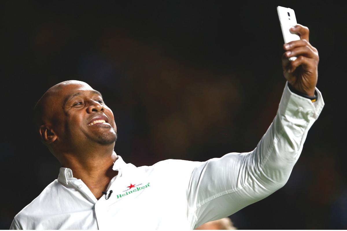 Jonah Lomu se hace un 'selfie' en la última final del Mundial de Rugby entre Nueva Zelanda y Australia. (Getty)
