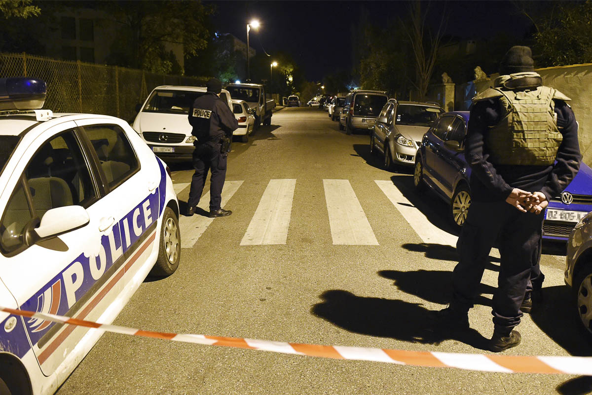 Policías franceses acordonan el lugar de la agresión. (Foto: AFP)