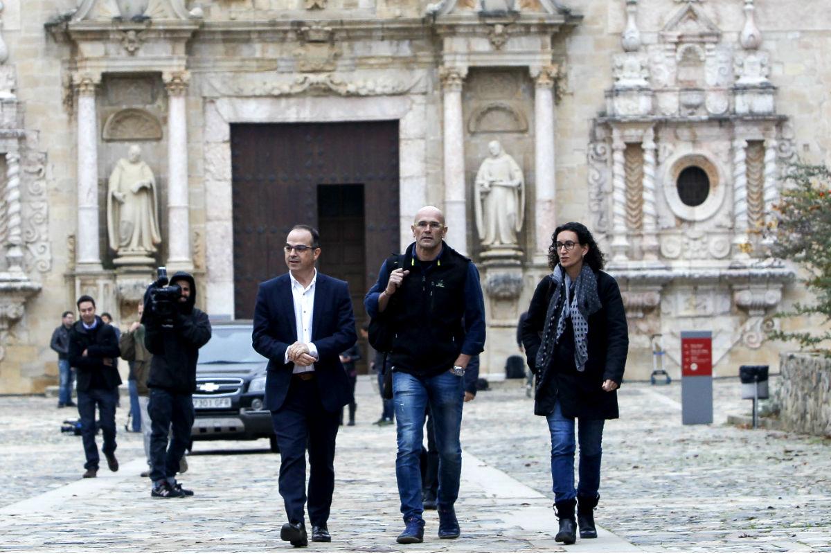 Jordi Turull (i), Raúl Romeva (c) y Marta Rovira (d), tras la reunión de Junts pel Sí (Foto: Efe)