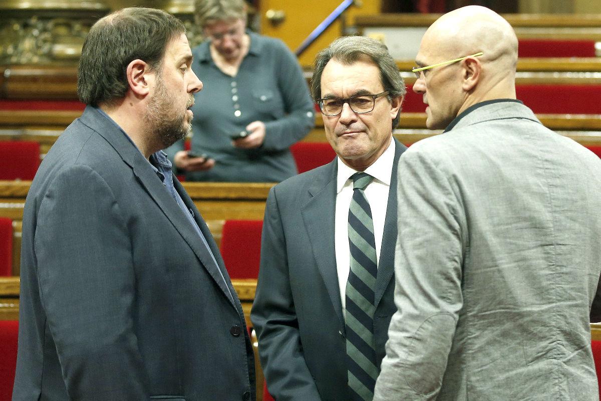 Los diputados de Junts pel Si, Artur Mas, Raül Romeva y Oriol Junqueras, en el Parlament (Foto: Efe)