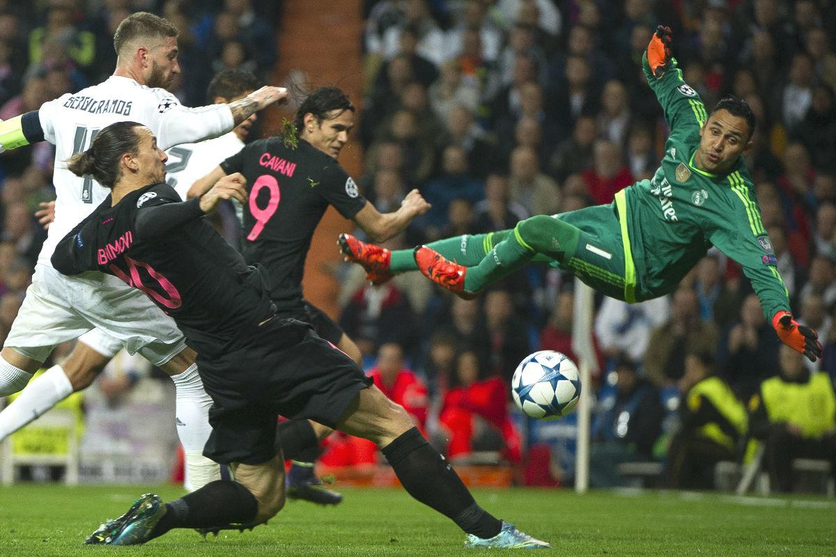 Keylor Navas vuela en presencia de Ibra y Cavani en el partido ante el PSG. (AFP)
