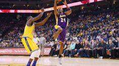 El jugador de los Lakers Kobe Bryant entrando a canasta. (Foto: AFP)