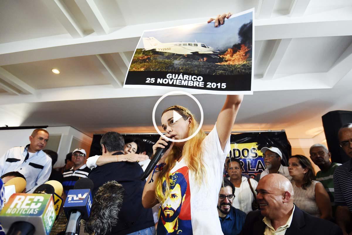 Lilian Tintori muestra cómo quedó la avioneta en la que viajaban Tintori y su equipo. (Foto: AFP)