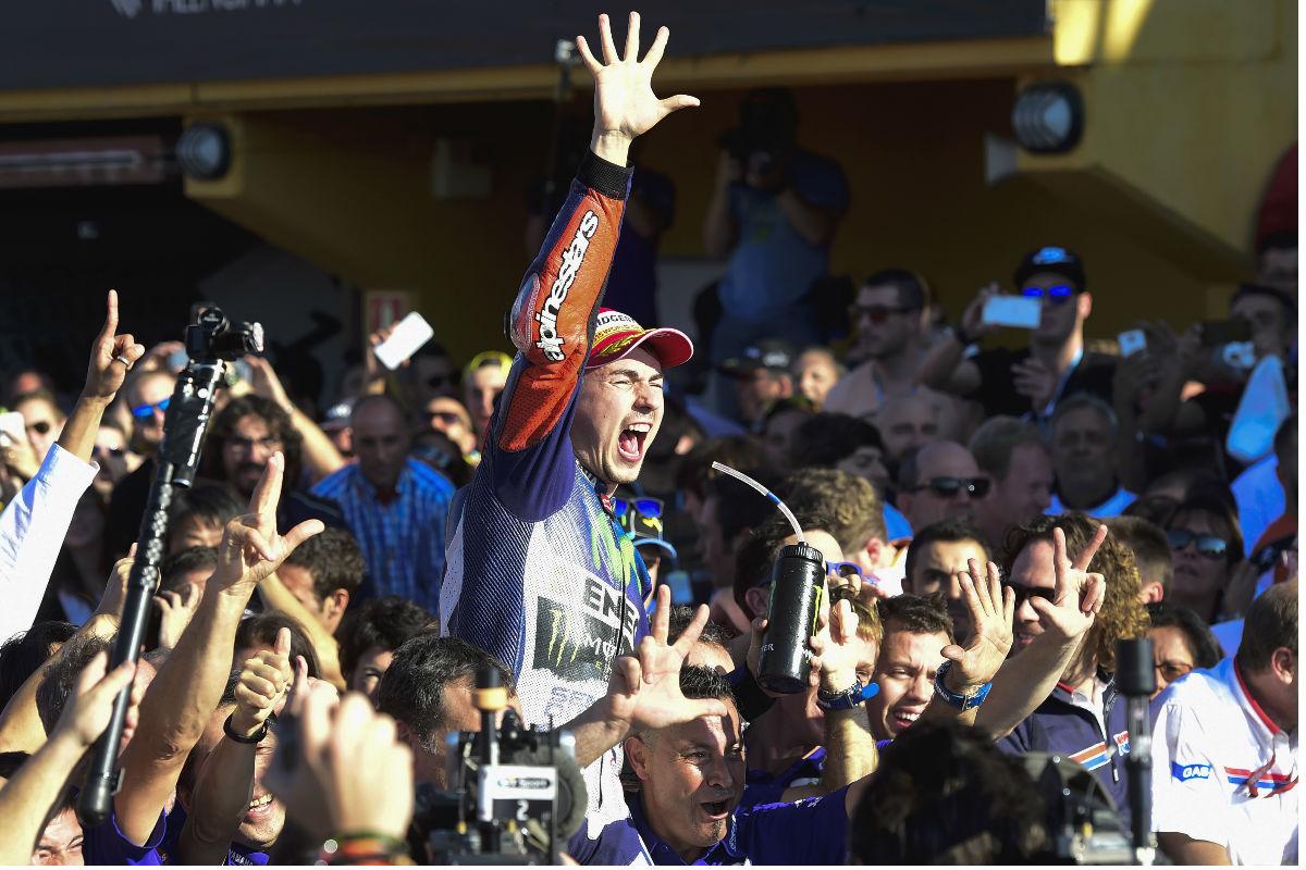 Jorge Lorenzo levanta la mano en alusión a sus cinco Mundiales. (AFP)