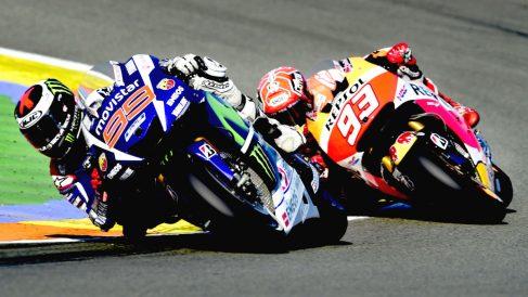 Jorge Lorenzo, con Márquez a su rueda en el Circuito de Cheste. (AFP)