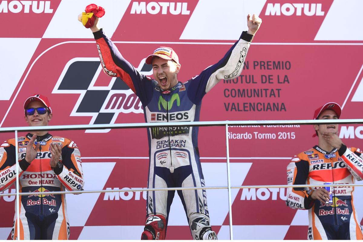 Jorge Lorenzo, en el podio de Cheste junto a Márquez y Pedrosa. (AFP)