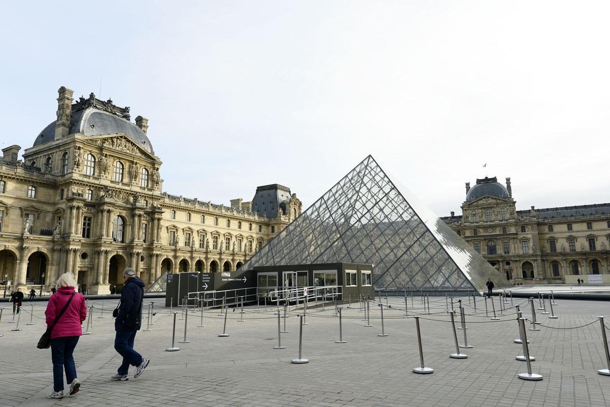 Exteriores del Louvre este sábado por la mañana. (Foto: AFP)