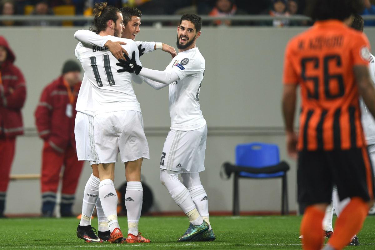 Los jugadores del Madrid celebran el primer gol ante el Shakhtar. (AFP)
